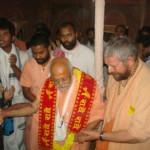 Bhakti Ballabh Tirtha Goswami Maharadża odwiedza Vrinda Kunja Aśram