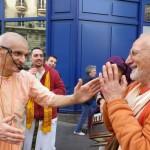 Paryż: Spotkanie ponad podziałami. Tapasvi Maharadźa i Madhava Maharadźa razem śpiewają święte imię na ulicy.